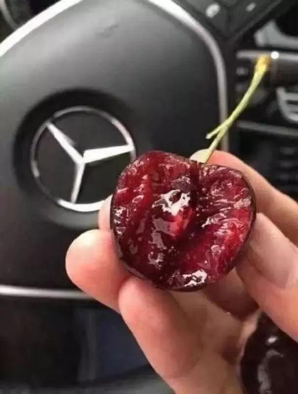 樱桃旁边漏出奔驰车标