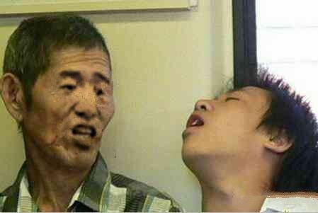 公交车上小伙子睡觉销魂的姿势对着大爷