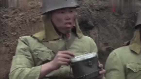 冒牌英雄里面日本鬼子吃饭突然战壕窜出来一个人愣住发呆